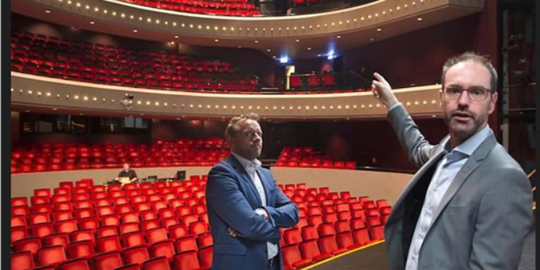 Directeur Pieter-Bas Rebers (rechts) van De Tamboer en wethouder Erik Giethoorn wijzen op het achterstallig onderhoud, zoals ontbrekende geluidsboxen achter in de zaal.