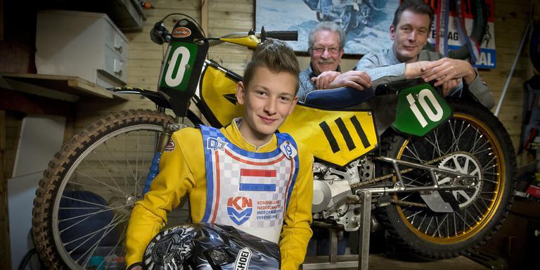 Speedwaytalent William Kruit met achter de motor zijn vader en grootvader.