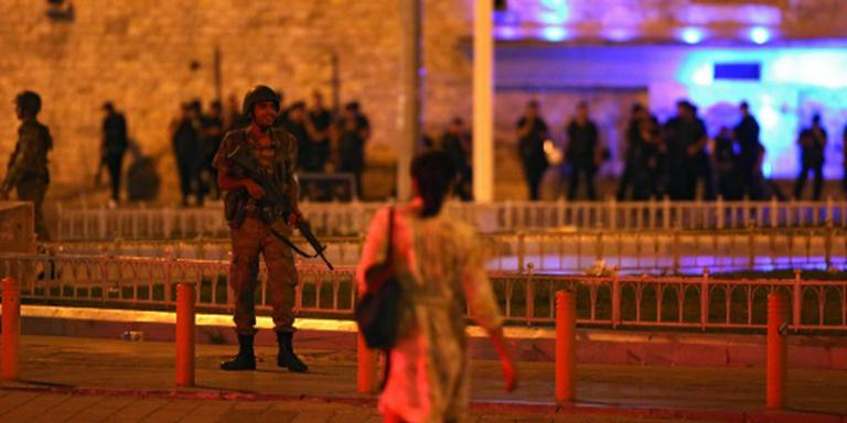 'Leger roept militairen terug naar kazernes'