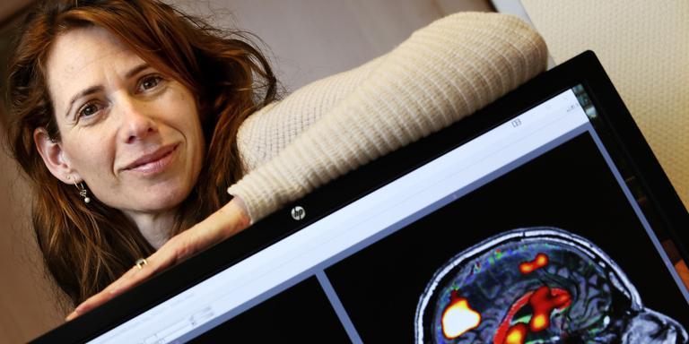 Promovenda Sanne Schagen van het Anthonie van Leeuwenhoek Ziekenhuis met een testje waarop zij kan zien hoe alert patienten lijntjes trekken na een chemo-therapie Foto: Pim Ras