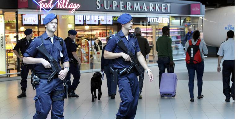 Zwaarbewapende marechausee is al een 'normaal' beeld op Schiphol. Met de nieuwe bewakingseenheid van de politie neemt de militaire uitstraling ook op andere plekken toe, zoals op stations en in winkelcentra. Foto: ANP/Evert Elzinga