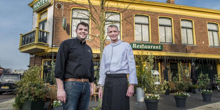 Harold Walraven (links) en André Jutstra gaan op de oude voet verder met hotel-restaurant 't Gemeentehuis. Foto Geert Job Sevink