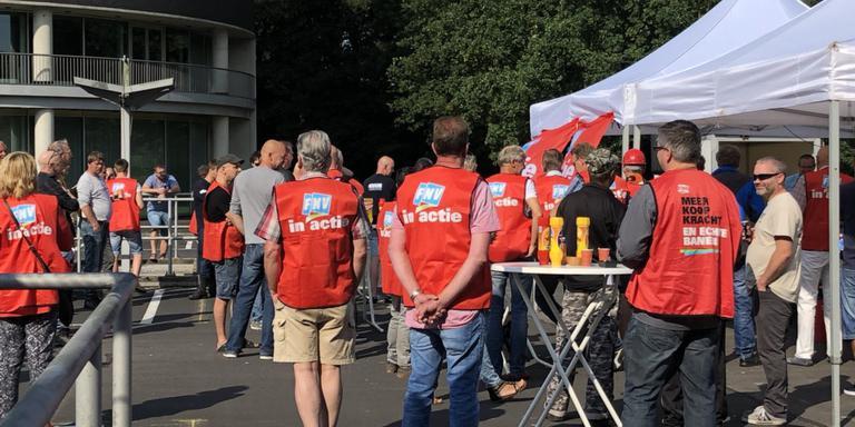 Personeel van Stork en Niestern Sander staakt voor een beter CAO. Foto: DvhN