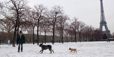 Eiffeltoren dicht door winterweer Frankrijk