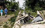 Een Eend die zwaar beschadigd raakte door een omgevallen boom, een dag na de hevige storm in Leersum.