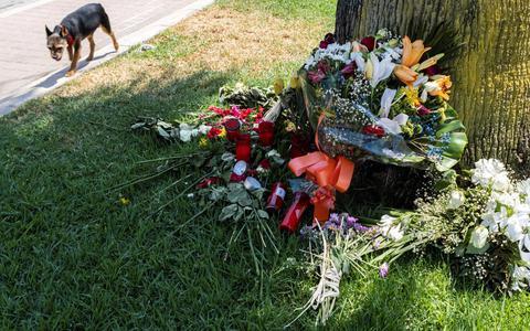 Bloemen op de plek waar Carlo Heuvelman om het leven kwam.