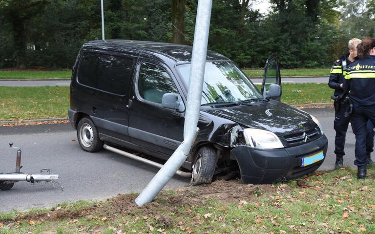 Automobilist raakt gewond na botsing tegen lantaarnpaal in Emmen.