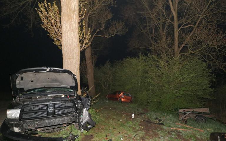 Pick-uptruck veroorzaakt grote schade bij ongeval in Niehove.