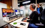 Ondertitelaar Wies Hermans aan het werk voor Ondertiteling van Teletekstpagina 888, manager Paul van den Bogart kijkt toe.