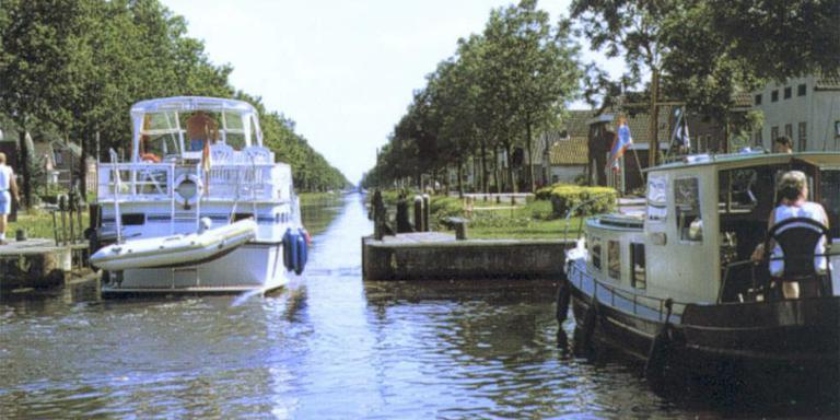 Meer boten varen door het Stadskanaal
