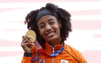 Sifan Hassan met haar (eerste) gouden medaille.