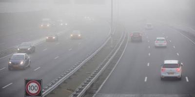 Het verkeer wordt in grote delen van het land gewaarschuwd voor mist en gladheid.