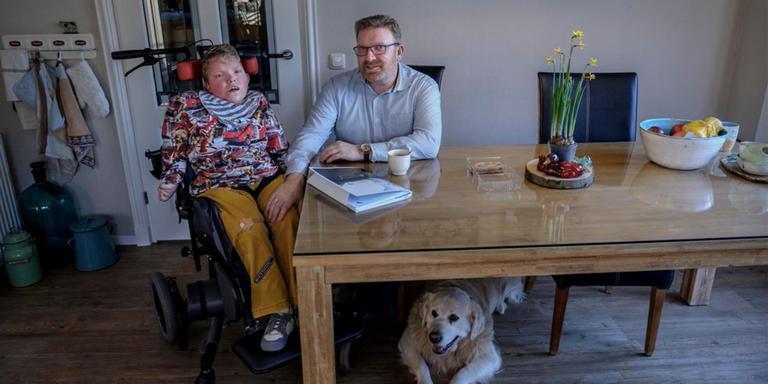 Jurriën Verkade met zoon Gijs en hond Nadasd. Foto: Jan Zeeman