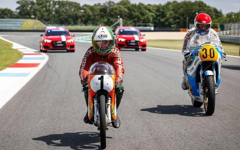Geen TT, maar Hartog en De Vries racen over jarig circuit