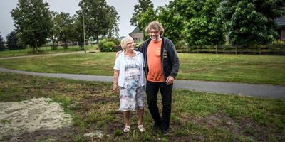 Harry Arling en zijn moeder Leida Arling op de plek aan de Kanaal A Noordzijde waar ooit hun benzinepomp stond. Hun verhalen staan aan de basis van de voorstelling Der Weltmeister van Iemandsland.