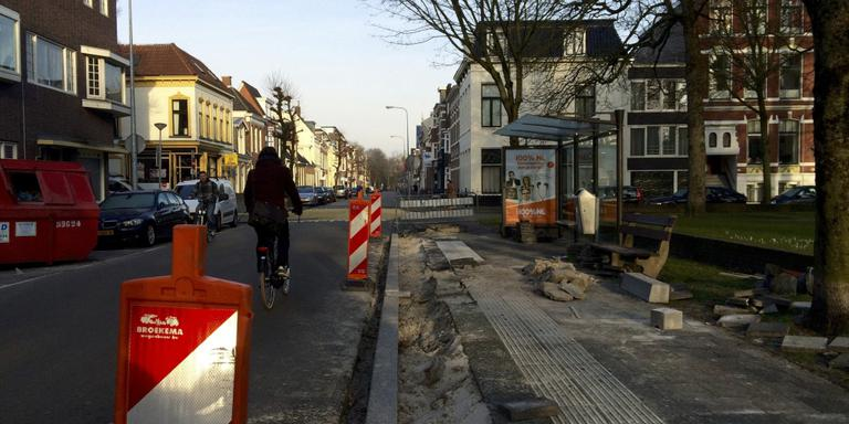 De bushalte bij de Nieuwe Kerk aan de Nieuwe Boteringestraat is een van de veertig haltes die verdwijnt. Foto DvhN