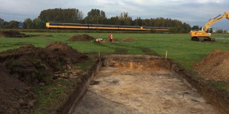 Eeuwenoude scherven bij opgravingen naast spoor