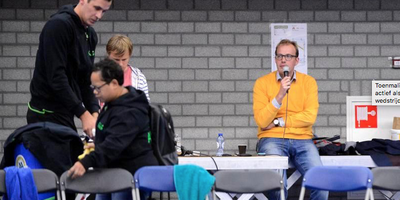 Toenmalig voorzitter Mark Boumans was ook actief als speaker tijdens een Lycurgus-wedstrijd. Foto: Archief Jan Kanning