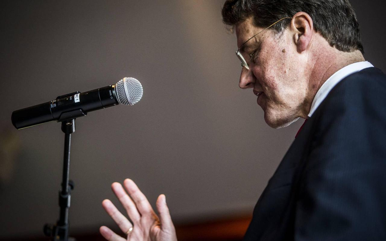 Burgemeester Van Oosterhout van Emmen.