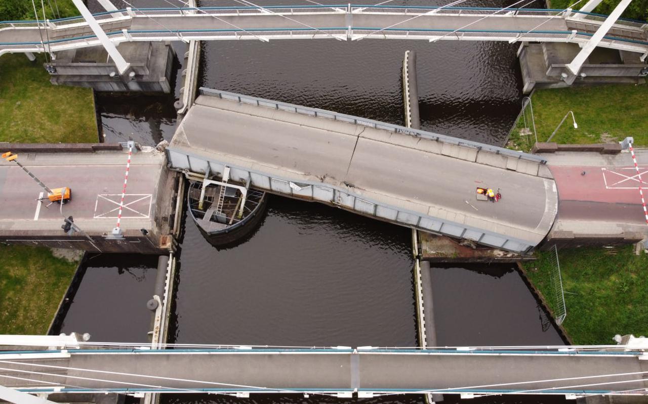 De zwaar beschadigde Gerrit Krolbrug in Groningen.