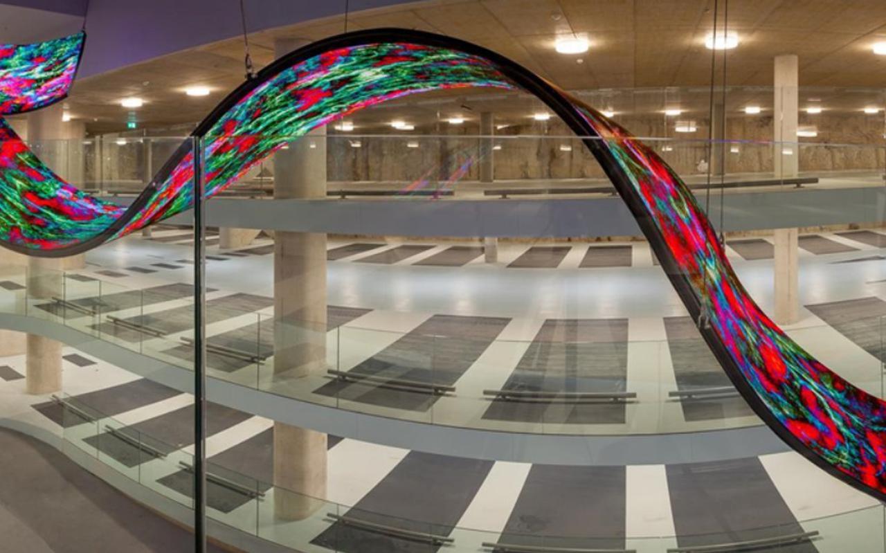 Nicky Asmann heeft voor de parkeergarage van Forum Groningen een twintig meter lange sculptuur van led-matjes ontworpen. Foto: DvhN