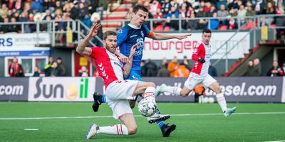 FC Emmen-aanvoerder Michael de Leeuw in een duel met Tim Breukers van Heracles Almelo.