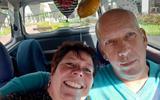 Theo en Petra van Houten leggen in een versierde auto de omgekeerde weg af dan een week geleden, toen de Hoogvlieter in de ambulance naar Groningen werd gebracht.