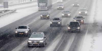 Veel files op de wegen door sneeuwval