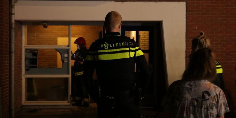 Brandweer en politie nemen de schade op. foto: De Vries Media