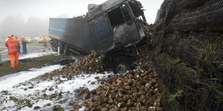 Vrachtwagen rijdt tegen wal op rotonde Gieten. FOTO ARCHIEF DVHN