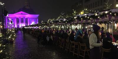 De 'langste' gourmettafel van de wereld op de Vismarkt in Groningen. Foto: DvhN
