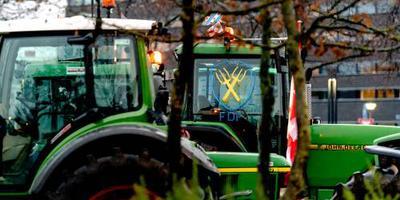 Trekkers met het logo van Farmers Defence Force (FDF).
