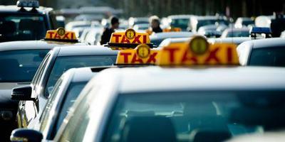 Taxiprotest tegen Uber in Den Haag