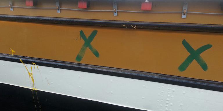 Het pannenkoekenschip is met groene en gele verf besmeurd. Foto DvhN