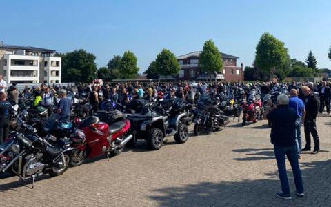 Brullende motorstoet. 15.000 motorrijders op de been voor doodzieke 6-jarige Kilian. Laatste wens, veel motoren zien. Dat is wel gelukt zegt de politie
