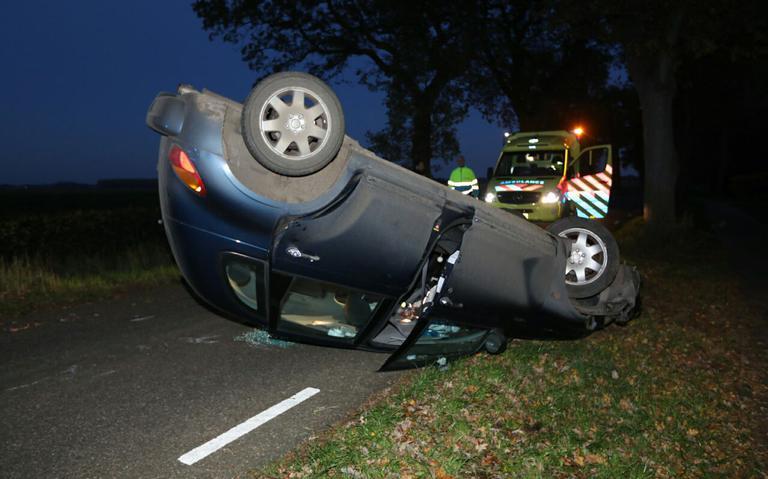 Auto belandt op dak bij eenzijdig ongeval tussen Wedde en Oude Pekela.