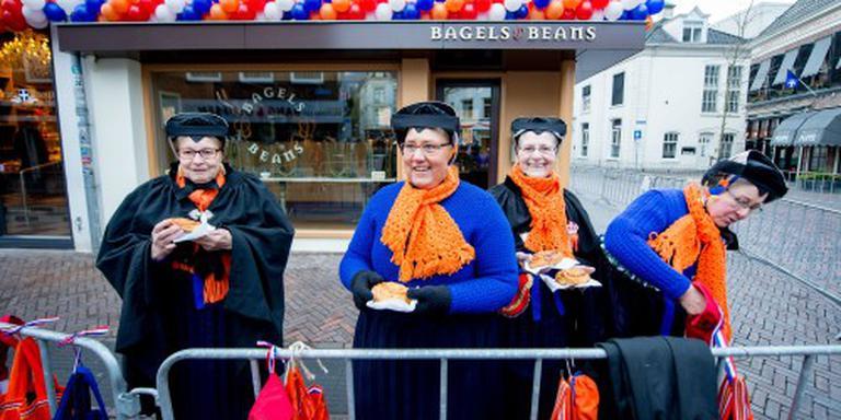 Oranjefans verzamelen zich langs route Zwolle
