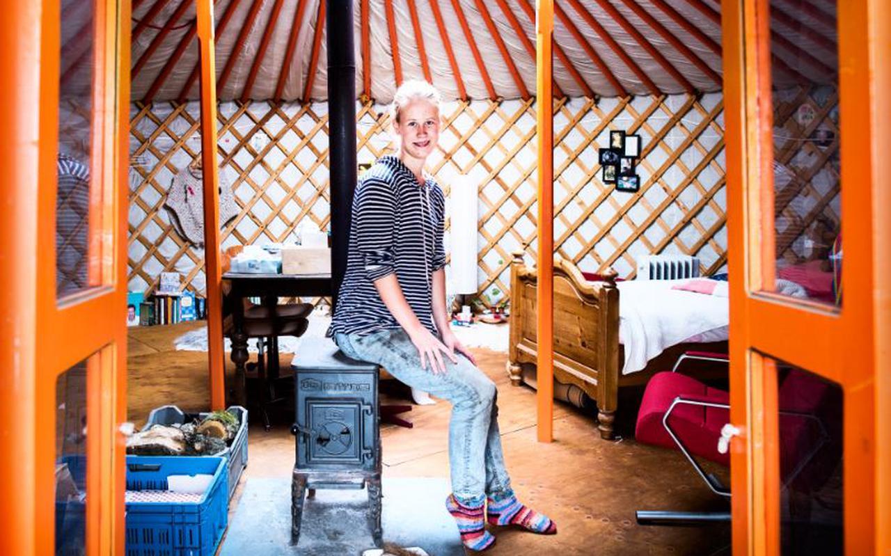 """Mirte Braspenning woont tijdelijk in een yurt. ,,Ach, er zit van alles hier in de yurt: kevers, muggen, wilde bijen... Leuk, toch?"""""""