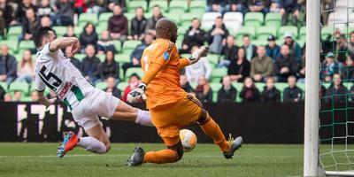 Thomas Bruns van FC Groningen probeert Feyenoord-keeper Vermeer te passeren. Foto: Archief DvhN