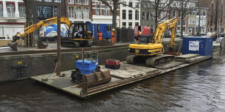 Vegter Waterbouw is dinsdag begonnen met het herstel van de kades aan de Hoge der A. Foto DvhN