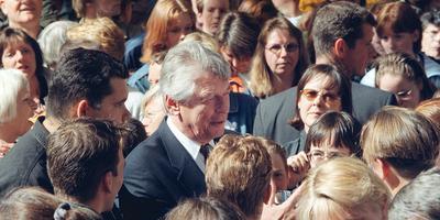 Wim kok spreekt op bevrijdingsdag 1999 in Assen met scholieren. Foto: Archief DvhN