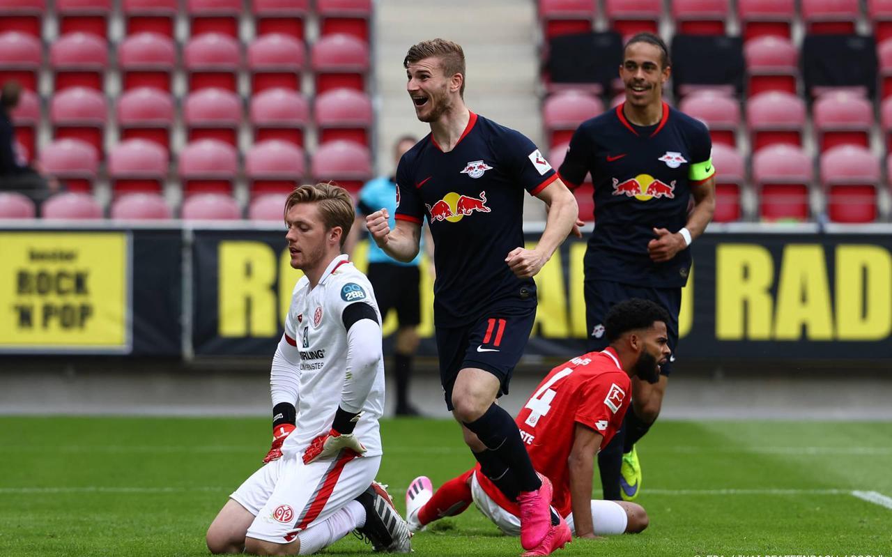 Leipzig scoort er opnieuw op los tegen Mainz, op de achtergrond lege stoeltjes.