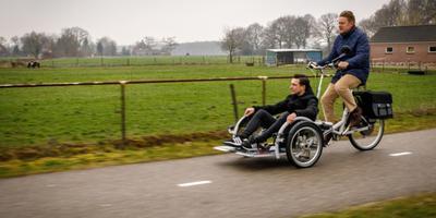 In Eesveen trof burgemeester Rob Bats nog niemand in een rolstoel. Dan maar een ritje met de verslaggever. Foto: Wilbert Bijzitter
