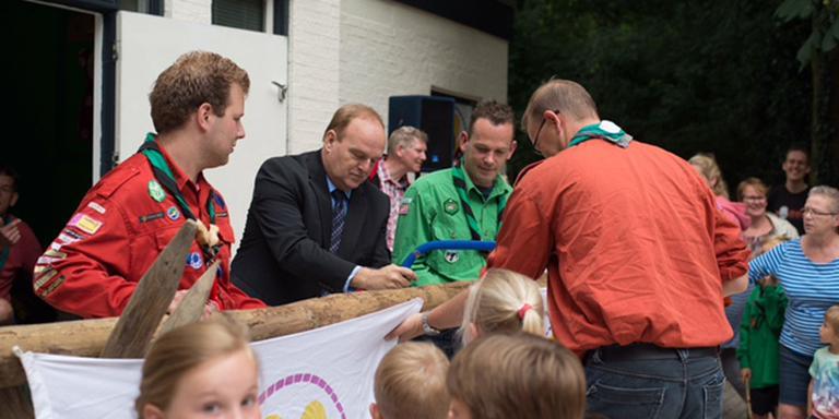 Wethouder Morssink opent nieuw scoutinggebouw. FOTO SCOUTING NIENOORD