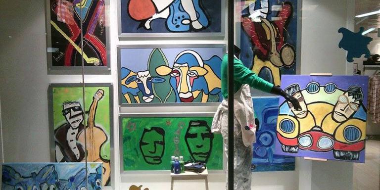 Kunstenaar laat schilderijen in V&D Meppel hangen