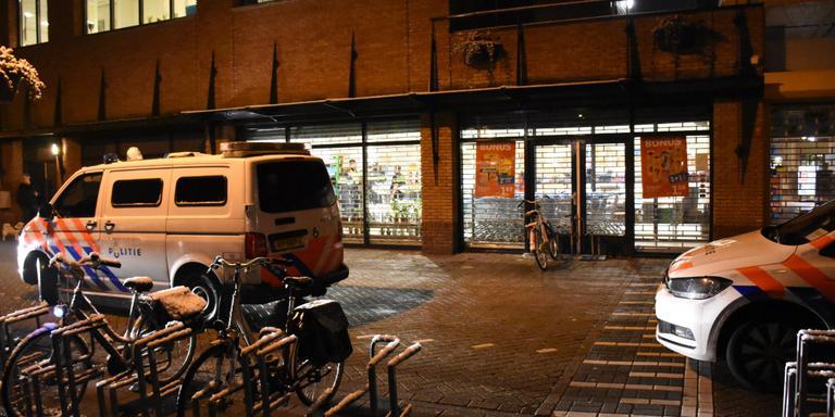 De politie verricht onderzoek in en rond de supermarkt. Foto: 112Groningen/Martin Nuver