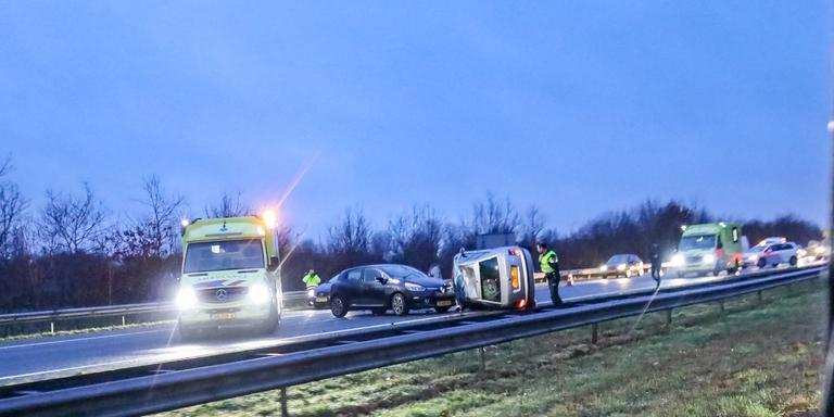 Op de A7 bij Scharmer belandde vrijdagochtend een auto op z'n kant. Foto: De Vries Media