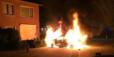 De brandweer kon niet voorkomen dat de auto volledig uitbrandde. Foto: Van Oost Media