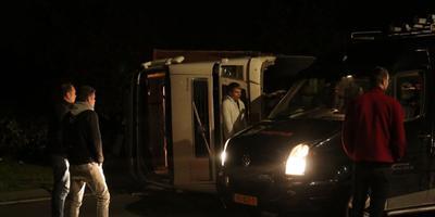 De vrachtwagen ligt op zijn kant. Foto: De Vries Media