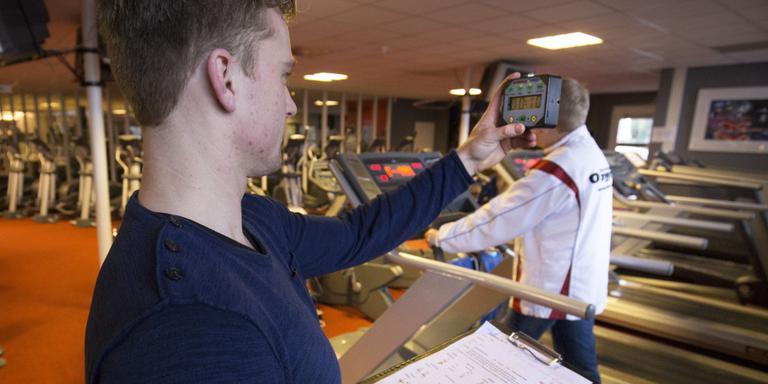 Coach Mike van Oxygym doet oefeningen met een van de deelnemers.